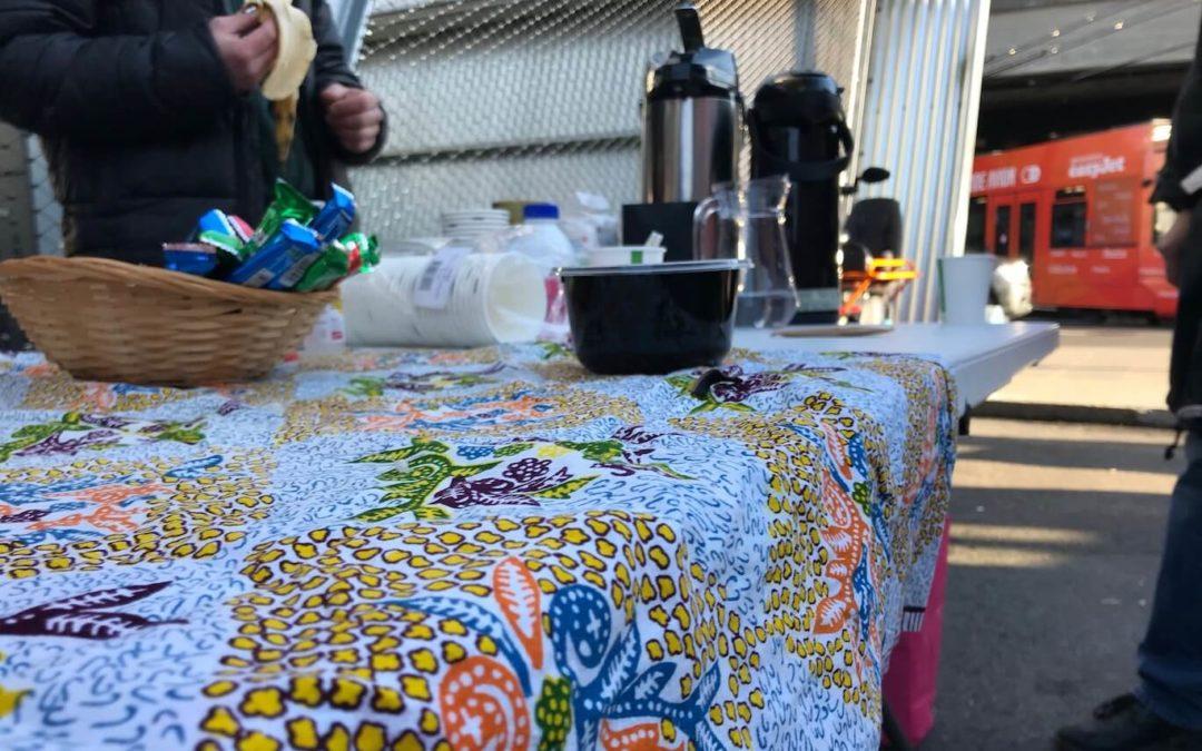 Le bus Car Touche offre café et vêtements chauds